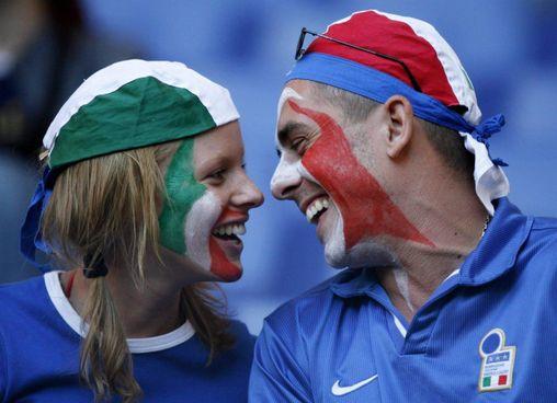 Due tifosi azzurri: la speranza è che si possa avere l'Europeo anche in Italia