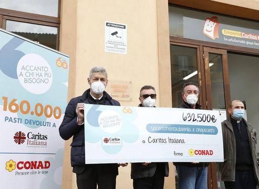 L'assegno che ricorda le donazioni complessive di Conad alle Caritas toscane