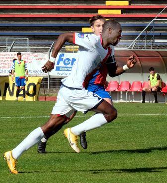 L'attaccante gambiano Suleyman Jallow in azione. E' tra i protagonisti di una grande stagione del Montevarchi (Merli)