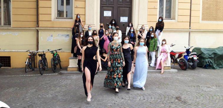 Pesaro, sfilata sexy al Mengaroni per i 100 giorni