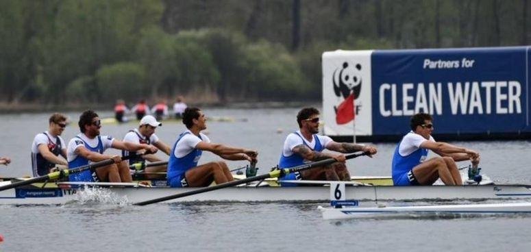 Il 'quattro senza' dell'Italia al termine della semifinale di ieri, Rosetti è il secondo da destra (photo Mimmo Perna)