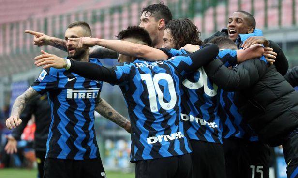 La festa dei giocatori dell'Inter per l'1-0 di Darmian: è l'undicesima vittoria di fila