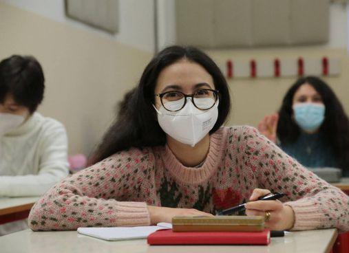 Una studentessa in classe con la mascherina (foto di repertorio)