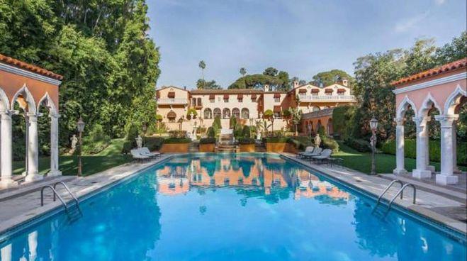 Una piscina del complesso 'Beverly House': è grande tremila metri quadrati