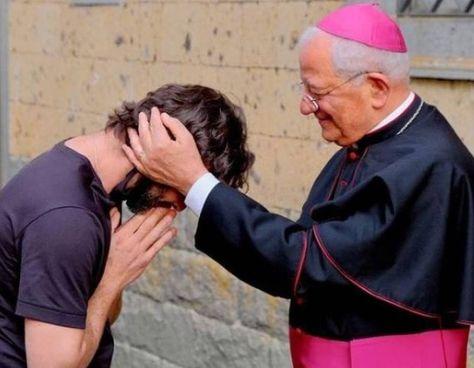 Don Riccardo Ceccobelli, 42 anni, insieme all'ex vescoco di Todi-Orvieto monsignor Benedetto Tuzia