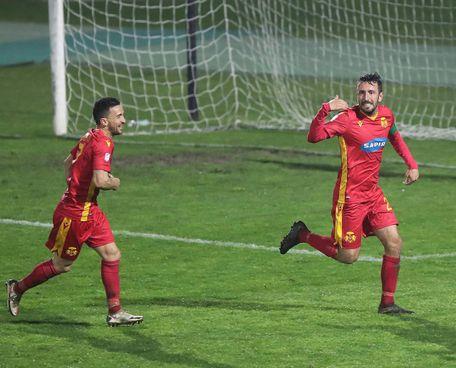 Salvatore Papa esulta dopo il secondo gol, inseguito da Ferretti
