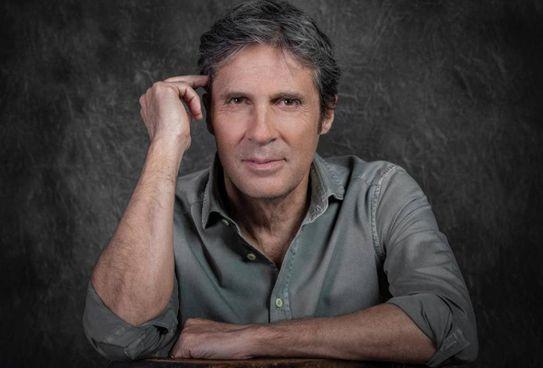 . Spegne le sue prime 60 candeline oggi Luca Barbarossa (. foto Danilo D'Auria cantautore, conduttore radiofonico e ora scrittore