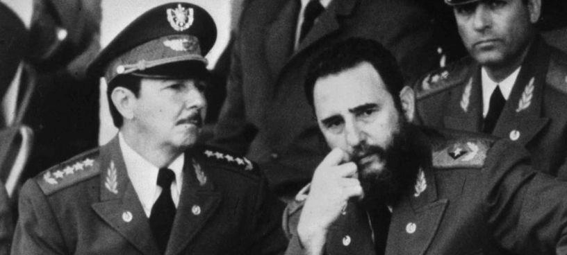 Raul Castro (oggi novantenne) e il fratello Fidel: la loro dittatura tiene in scacco Cuba da più di sessant'anni