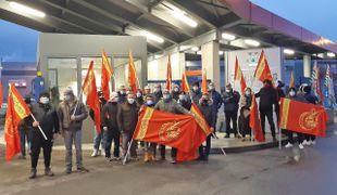 La protesta dei lavoratori all'esterno dell'ex polo produttivo di Osio Sotto