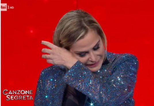 Simona Ventura (56 anni) si asciuga le lacrime durante il programma di Serena Rossi