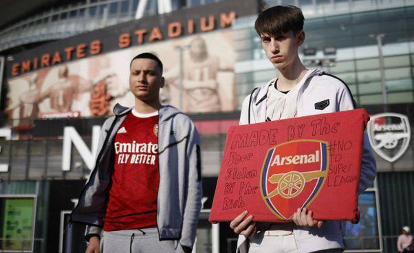 Alcuni dei tifosi dell'Arsenal che contestano la nascita della Superleague