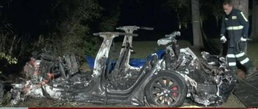 I rottami della Tesla Model S del 2019 che si è schiantata contro un albero a Houston