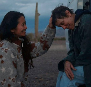 """La regista cinese Chloé Zhao (39 anni), arrivata negli Usa da ragazza per studiare cinema, e Frances McDormand, 63 anni, in """"Nomadland"""""""