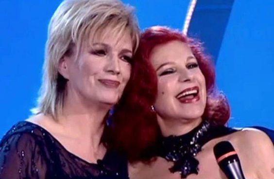 """Iva Zanicchi, 81 anni, insieme all'amica di una vita Milva. La """"rossa"""" è morta ieri, a 81 anni,. a Milano: era malata da tempo"""