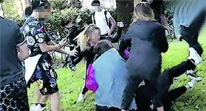 Un frame del video che immortala il pestaggio della dodicenne in un parco di Roma lo scorso 2 aprile