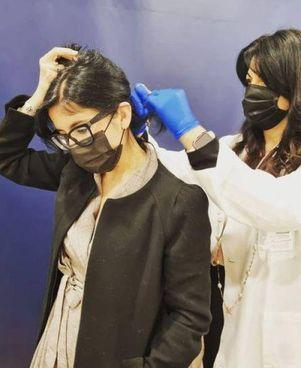 La ministra per le Politiche giovanili Fabiana Dadone, classe 1984, mentre effettua il test antidroga del capello