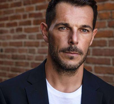 L'attore Marco Brinzi, curatore e regista della maratona letteraria al Teatro Pietro Mascagni