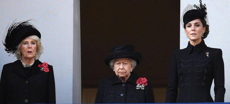 La Corona in rosa: la moglie di Carlo, Camilla (73 anni),. la regina Elisabetta (95) e la consorte del principe William, Kate (39)
