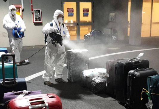 Fiumicino, la sanificazione dei bagagli dei passeggeri del volo partito dall'India