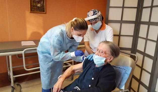 La somministrazione del vaccino a un'anziana