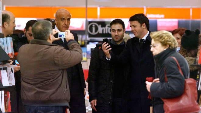 Matteo Renzi e i selfie in libreria (Olycom)