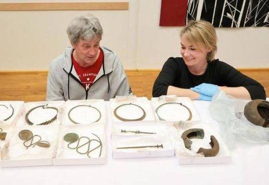 L'archeologo Mats Hellgren e la conservatrice Madelene Skogberg con reperti