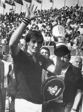 Adriano Panatta in trionfo nel 1976, anno in cui vinse anche Roland Garros e Davis