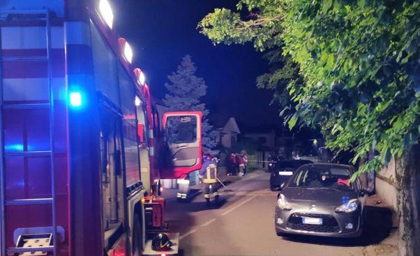 L'intervento dei mezzi di soccorso in via Bainsizza a Caronno Pertusella