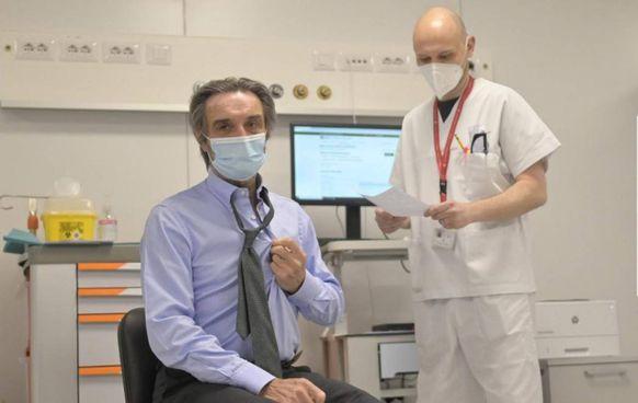 Il presidente della Regione Attilio Fontana, 69 anni, ha prenotato il vaccino il 19 aprile sul portale di Poste e ieri ha fatto la prima dose al centro della Fiera