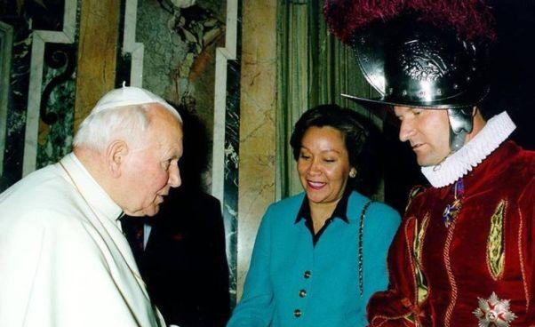 Il comandante Alois Estermann e la moglie Gladys Meza Romero con papa Giovanni Paolo II