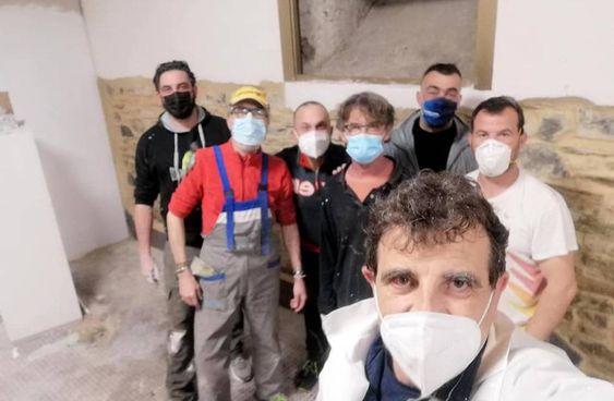 Volontari al lavoro nel ridotto del Teatro Bruschi a Rignano