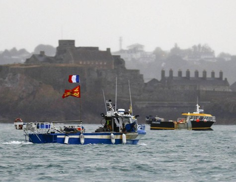 La protesta dei pescherecci francesi davanti all'isola di Jersey contro le condizioni imposte nel dopo-Brexit alla pesca francese