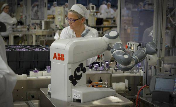 Robot a fianco di una operaia: il Superbonus per le imprese guarda all'innovazione