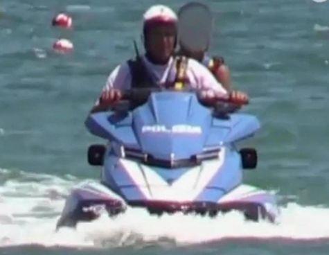 Milano Marittima, 30 luglio 2019: il figlio dell'allora ministro dell'Interno Salvini su una moto d'acqua della polizia con un agente