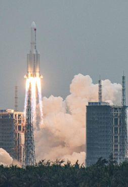 Il lancio del razzo Lunga Marcia 5B il 29 aprile scorso; in alto, Roberto Battiston