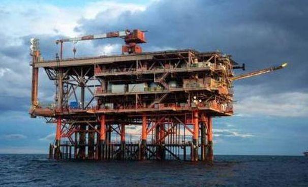 Una piattaforma offshore nel mar Adriatico. Eni progetta di stoccare sotto il mare l'anidride carbonica di scarto