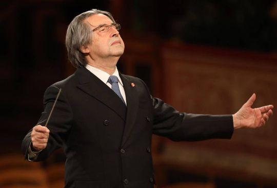 Riccardo Muti, che a luglio compirà 80 anni, mentre dirige i Wiener Philharmoniker a Vienna per il Concerto di Capodanno