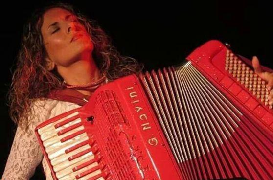 Ha studiato fisarmonica dall'età di sei anni la polistrumentista toscana Rita Di Tizio