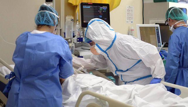 Medici e infermieri nel reparto di Terapia intensiva. per curare i pazienti Covid all'ospedale di Vizzolo Predabissi, Milano