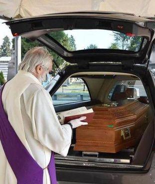 Sono stati tantissimi i funerali che si sono dovuti celebrare senza la presenza dei familiari
