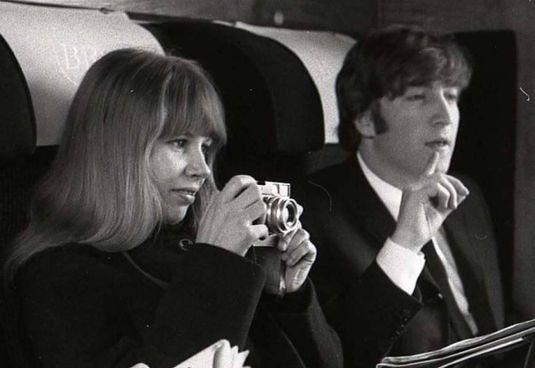 La fotografa tedesca Astrid Kirchherr (1938 -2020) con John Lennon (1940 - 1980)