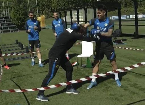 Il ring improvvisato al campo di allenamento con i duellanti Lautaro e Conte