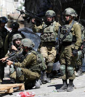 Soldati dell'esercito israeliano schierati per. gli scontri. a Hebron in Cisgiordania