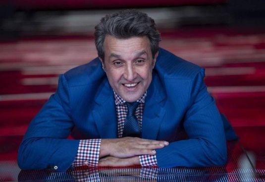 """Flavio Insinna (55 anni) riporta in tv. , in Rai, """"Il pranzo è servito"""", il quiz di Corrado (a destra) in onda su Mediaset dal 1982 al 1990"""