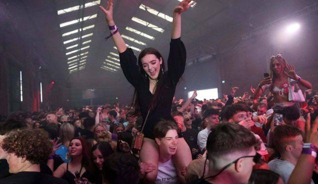 A Liverpool è andato in scena un party-test con 3mila persone senza mascherina: tutte erano negative al test 24 ore prima