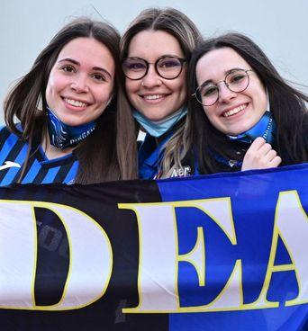 Giovani tifose dell'Atalanta ieri sugli spalti al Mapei Stadium di Reggio Emilia