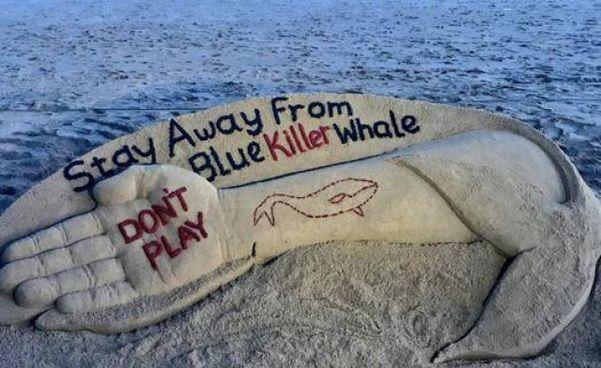 Un'installazione sulla spiaggia per sensibilizzare i ragazzi contro i rischi della sfida estrema via Internet della Blue Whale, folle gioco nato in Russia