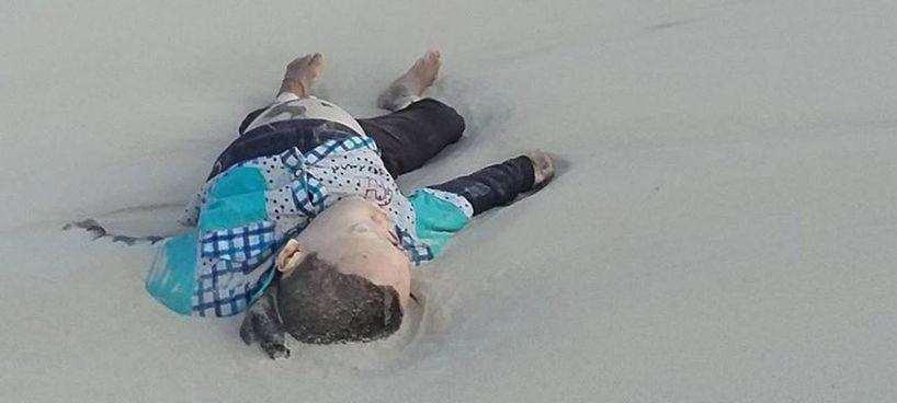 Migranti, immagine. choc del cadavere di un bimbo su una spiaggia libica. (foto Oscar Campos dal profilo Twitter di Open Arms)