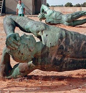 A fianco le due sculture in bronzo messe in salvo ma abbandonate all'incuria dopo la demolizione dell'Arco dei Fileni (sopra), costruito nel 1937 dall'architetto Florestano Di Fausto e demolito nel '73