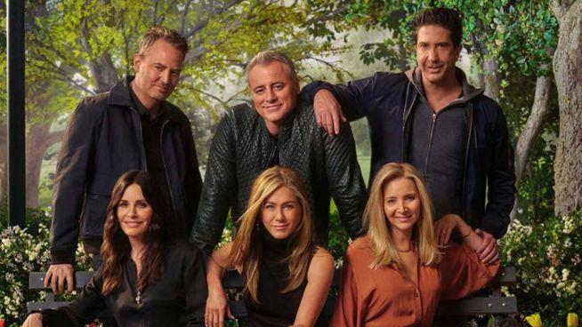 """""""Friends"""" per sempre: a sinistra i sei attori-amici oggi, sopra in una foto del '94, anno di nascita del telefilm"""